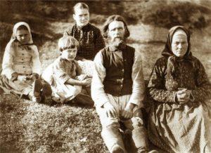 1893 Родители А.А.Борисова Алексей Егорович и Матрёна Назаровна с детьми.