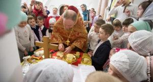 В храме в Солнцево детям наглядно показали, как совершается Литургия